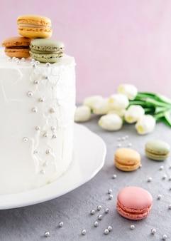 Zoete gelukkige verjaardagstaart en kleurrijke macarons