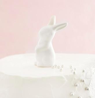 Zoete gelukkige verjaardagstaart met konijntje