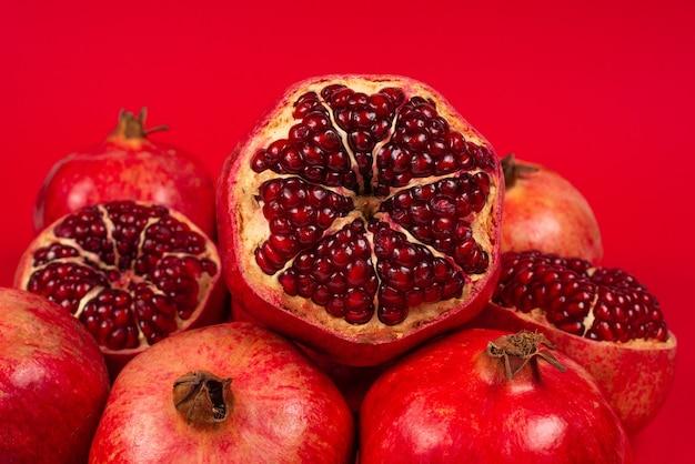 Zoete granaatappel op rode achtergrond. bovenaanzicht.