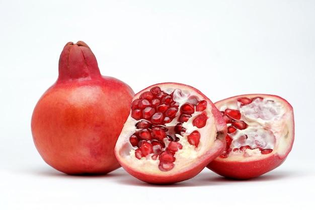 Zoete granaatappels op een witte ondergrond