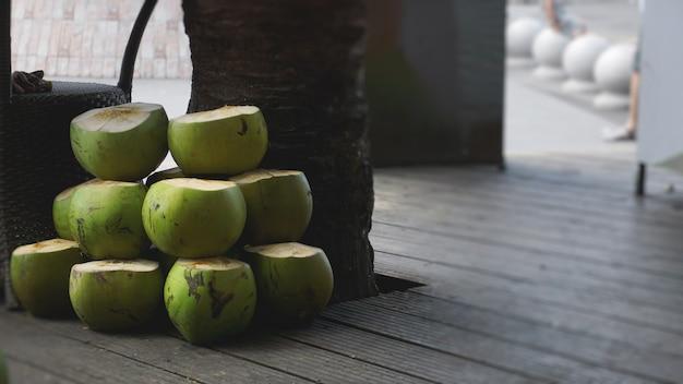 Zoete groene kokosnoten. kokosnoot tropisch fruit om te drinken in china