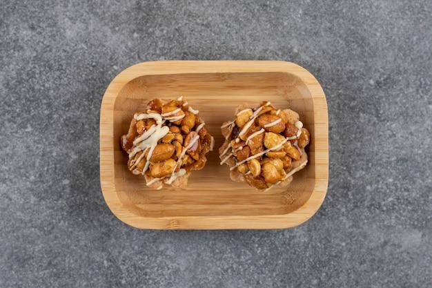 Zoete handgemaakte verse koekjes op houten kom.