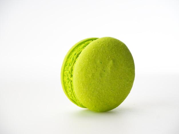 Zoete hazelnoot groene macarons op wit