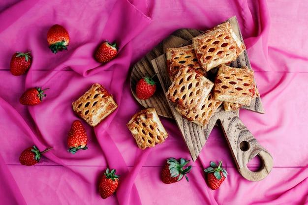 Zoete heerlijke aardbeikoekjes met rijpe stawberries, hoogste mening