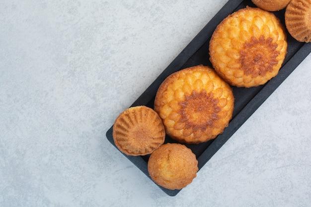Zoete heerlijke cupcakes op donker bord