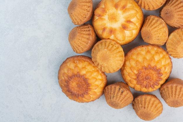 Zoete heerlijke cupcakes op witte achtergrond