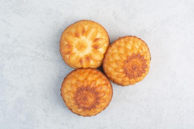 Zoete heerlijke cupcakes op witte tafel.