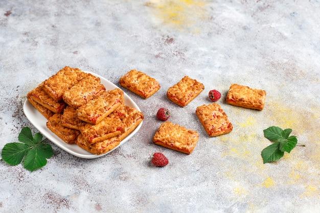 Zoete heerlijke frambozenjamkoekjes met rijpe frambozen