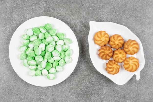 Zoete heerlijke gebruinde zandkoekkoekjes met groen suikergoed