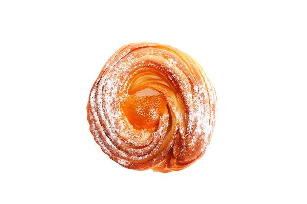 Zoete hete perzik jam muffins geïsoleerd op witte achtergrond