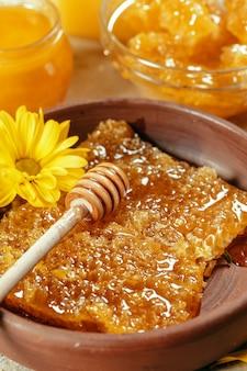 Zoete honing op de tafel
