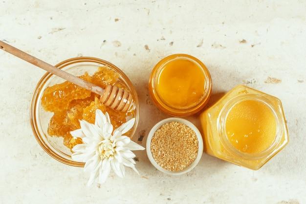 Zoete honing op tafel