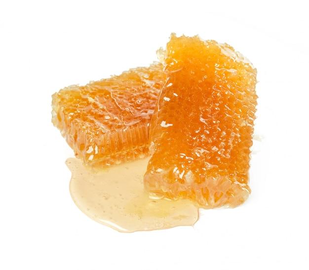 Zoete honingraat geïsoleerd op wit