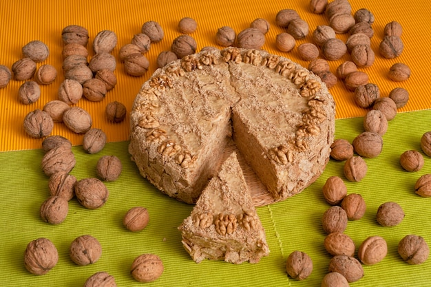 Zoete huisgemaakte cake met walnoten en uitgesneden fluitje van een cent.