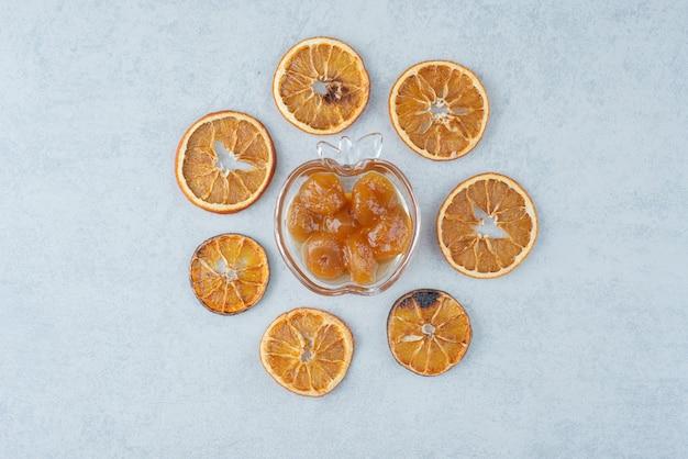 Zoete jam met gedroogde sinaasappel op witte achtergrond. hoge kwaliteit foto