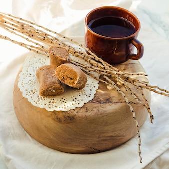Zoete karamel toffee karamels op houten plaat en licht.