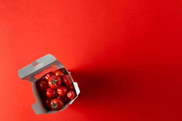 Zoete kersentomaten in papar nemen doos