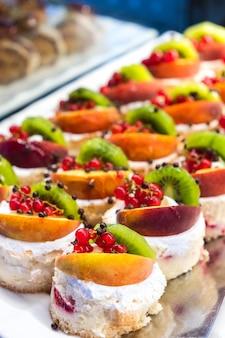 Zoete kleine cakes met room en fruit