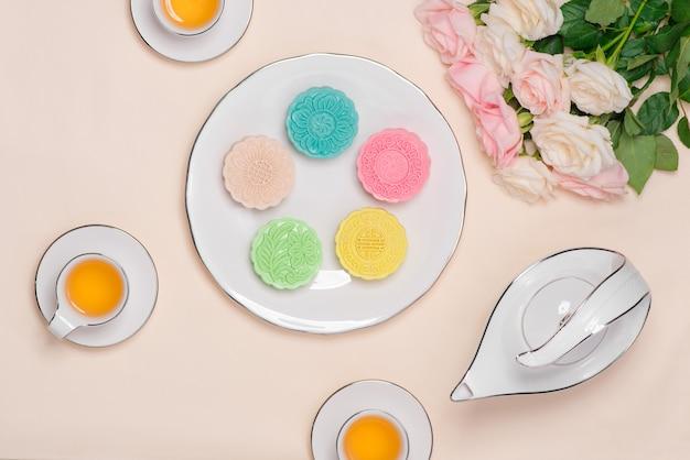 Zoete kleur van sneeuwhuid mooncake. traditioneel mid-herfstfestivalvoedsel met thee op tafel.