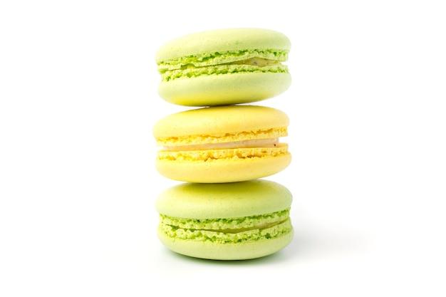 Zoete kleurrijke koekjes macarons op een lichte achtergrond