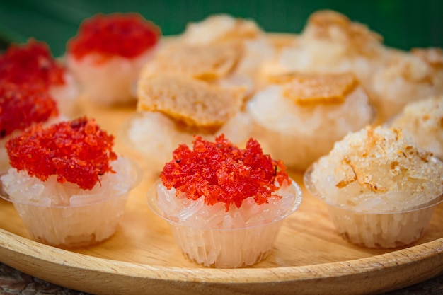 Zoete kleverige rijst met thais vla en garnalenbovenste laagje, thais dessert.