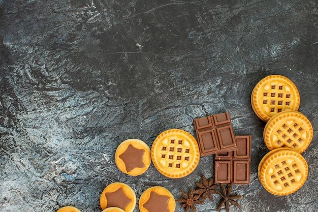 Zoete koekjes met chocoladerepen aan de rechterkant van grijs