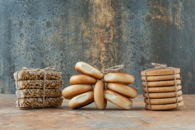 Zoete koekjes met verse pindakaasjes in touw