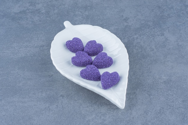 Zoete koekjes op de plaat op het marmeren oppervlak
