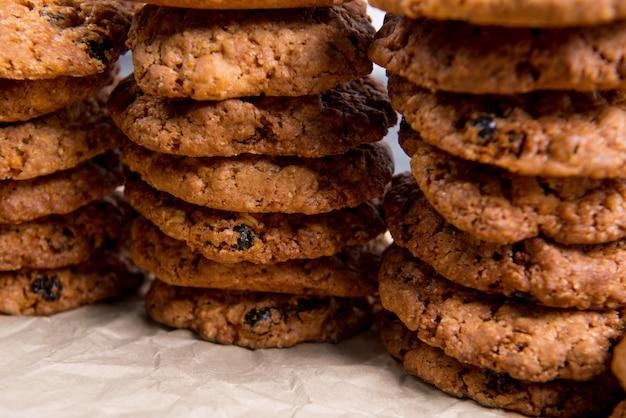 Zoete koekjes op houten tafel
