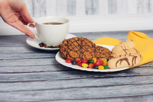 Zoete koekjes voor thee op de tafelontbijtmaaltijd