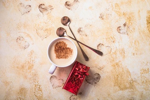 Zoete koffiedrank in de vorm van harten voor valentijnsdag