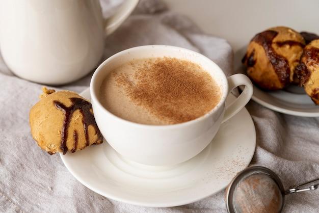Zoete kop koffie voor het ontbijt