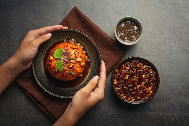 Zoete krathon met thaise snacks met zoete vissaus.