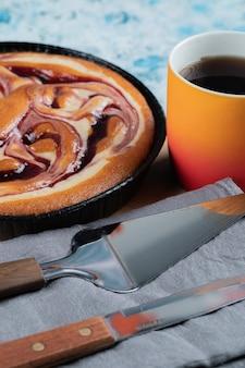 Zoete lekkere taart geserveerd met een kopje koffie of warme chocolademelk.