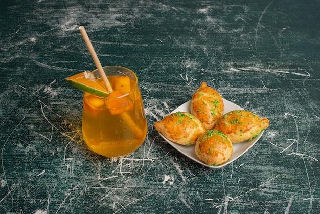 Zoete limonade met verse bakkerij op marmeren muur.
