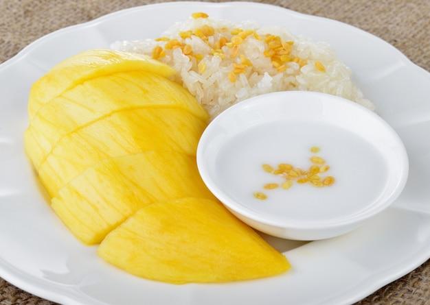 Zoete mango met plakkerige rijstmix met kokosmelk