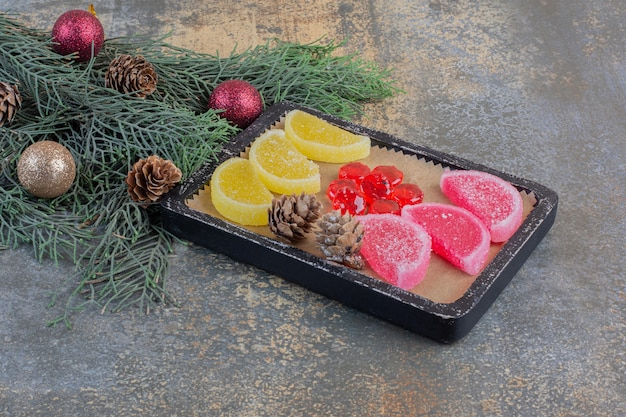 Zoete marmelades in donkere borden met kerstdennenappels. hoge kwaliteit foto