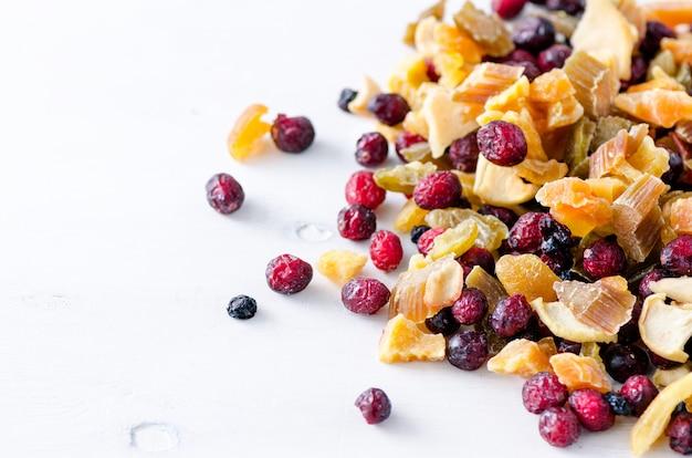 Zoete mix gedroogd fruit op steen. cranberry, rabarber, appel, mango, kers, perzik, abrikoos. hoge dosis vitamine c. kleurrijk