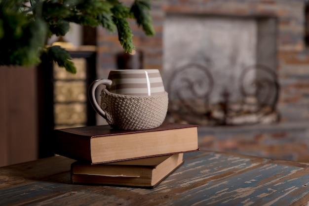 Zoete momenten van ontspanning met boeken en een kop koffie