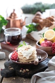 Zoete pannenkoeken met bessen en saus