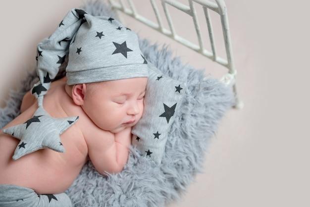 Zoete pasgeboren jongen op kleine wieg slapen