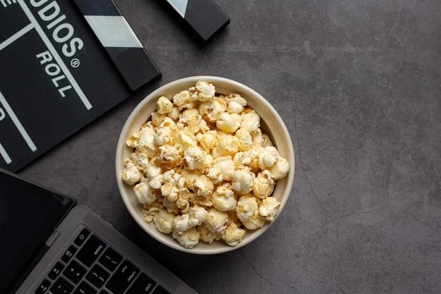 Zoete popcorn op donkere achtergrond
