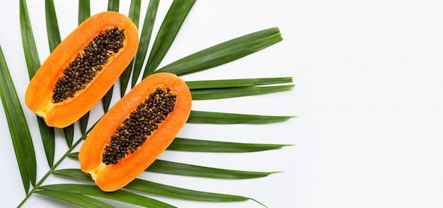 Zoete rijpe papaya op tropische palmbladeren. bovenaanzicht