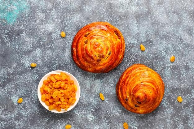 Zoete ronde franse broodjes met rozijnen.