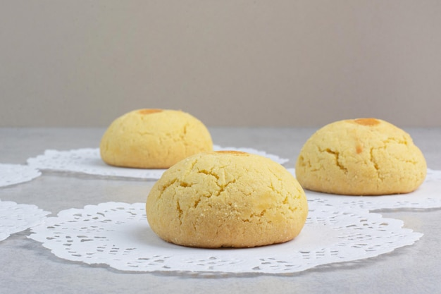 Zoete ronde koekjes op grijze achtergrond. hoge kwaliteit foto
