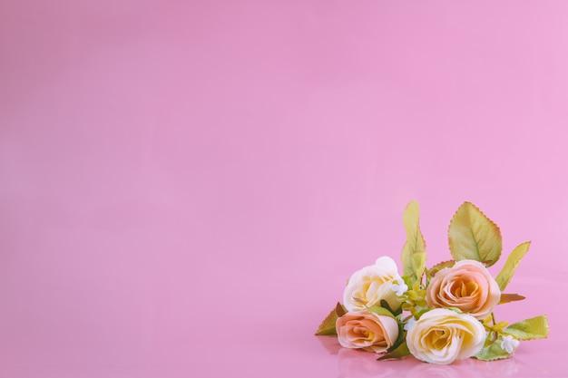 Zoete rozen en de roze achtergrond, valentijnskaartconcept