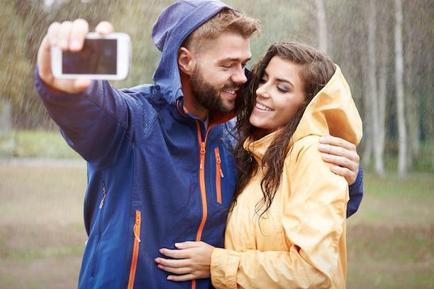 Zoete selfie op regenachtige dag
