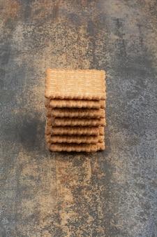 Zoete smakelijke crackers op marmeren achtergrond. hoge kwaliteit foto