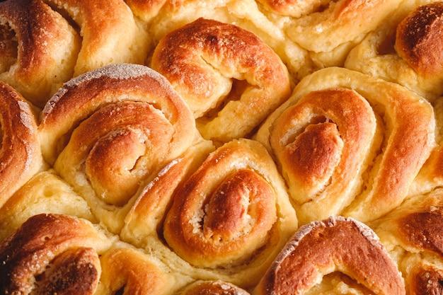 Zoete smakelijke eigengemaakte roze broodjesbroodjes met suiker