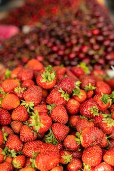 Zoete, smakelijke en verse aardbeien liggend in houten kisten in de winkel
